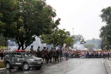 Polícia Militar faz cerco para conter torcedores do São Paulo antes do jogo entre São Paulo FC e Corinthians realizado no Estádio do Morumbi em São Paulo