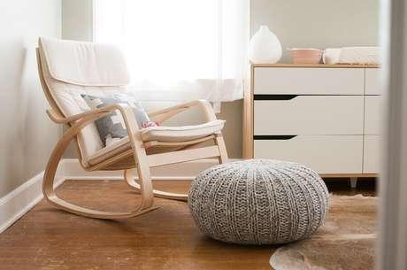 48. Escolha um modelo bem confortável de cadeira de amamentação com balanço para o quarto de bebê – Foto: Pinosy