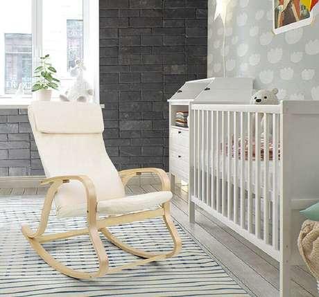 49. Quarto de bebê decorado com tapete listrado e cadeira de amamentação com balanço – Foto: Stonetack