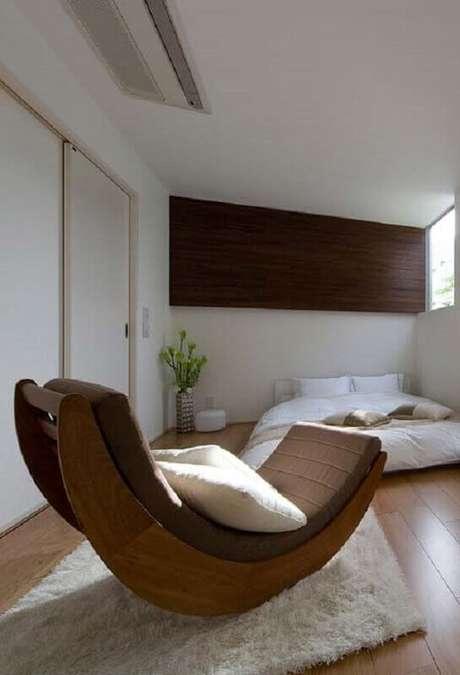 9. Decoração para quarto de casal com tapete felpudo branco e cadeira de balanço moderna de madeira – Foto: Pinosy