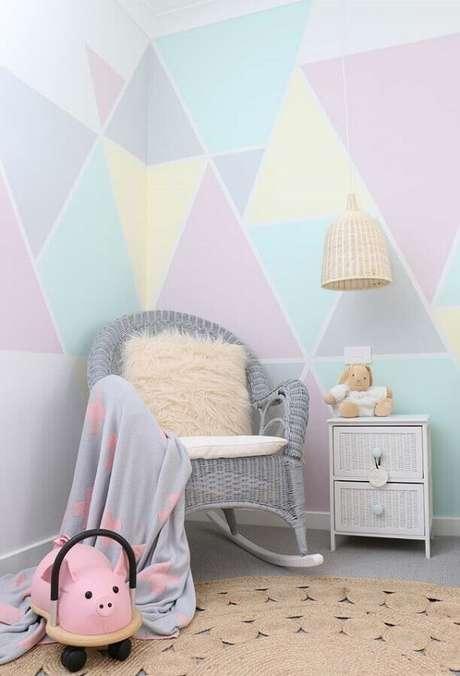 50. Quarto de criança decorado com papel de parede em tons pastéis e cadeira de balanço para bebê cinza – Foto: Interiors by Charlie