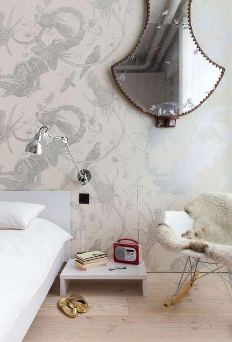 53. Quarto decorado com papel de parede e cadeira de balanço eames – Foto: Decoholic