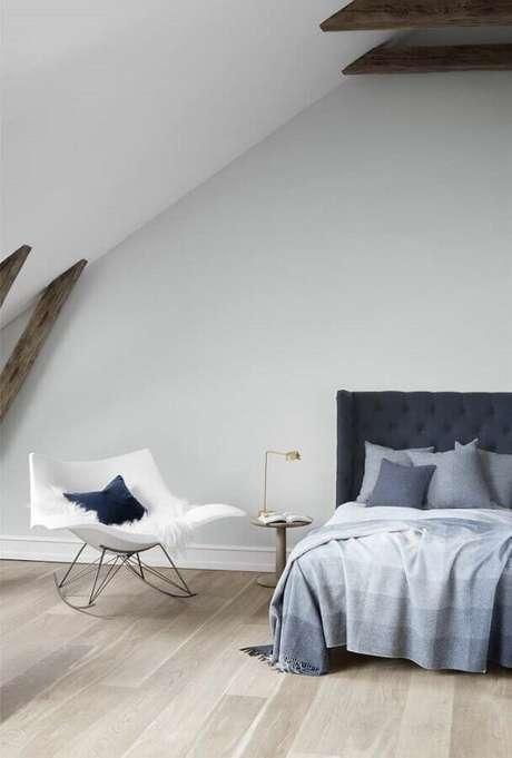 54. Decoração minimalista para quarto com cadeira de balanço branca – Foto: Fredericia Furniture