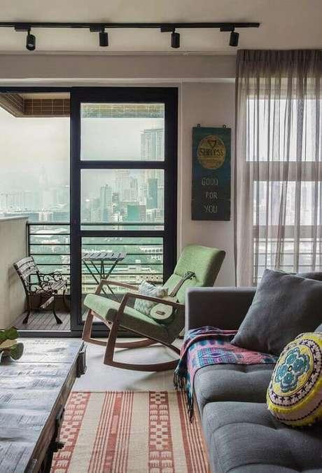 55. Sala decorada com cadeira de balanço de madeira e estofado verde – Foto: Neu dekoration stile