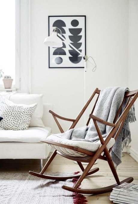 56. Sala decorada toda branca com cadeira de balanço de madeira – Foto: Doc Hendley