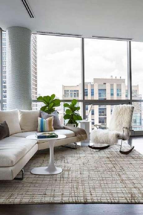 57. Sala moderna decorada com sofá de canto e cadeira de balanço – Foto: Zozu
