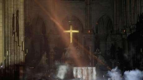 Imagem do altar da igreja com parte do telhado no chão