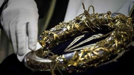 Foto de arquivo mostra a coroa de espinhos que é patrimônio da catedral; segundo reitor, o item foi salvo