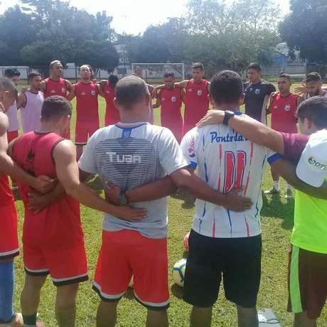 Jogadores do Bragantino-PA fazem oração durante treinamento