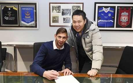 Sala no momento da assinatura do contrato com o Cardiff (Foto: Reprodução)