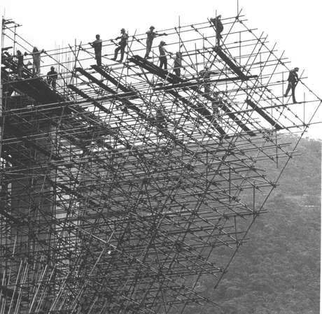 Operários trabalham na construção da Imigrantes, em 1974
