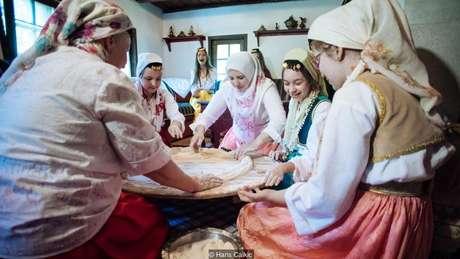 A 'ćetenija' é preparada tradicionalmente durante eventos sociais
