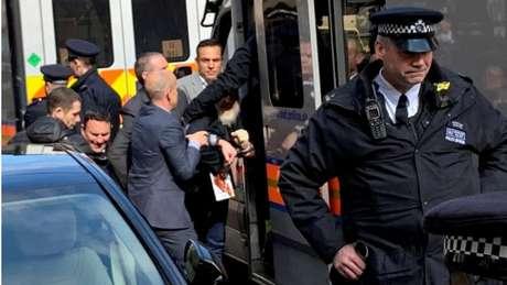 Assange foi levado a um centro de detenção em Londres
