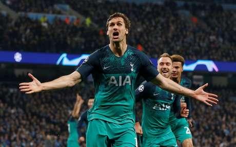 Fernando Llorente comemora terceiro gol do Tottenham que, embora tenha perdido para o Manchester City, se classificou para a semifinal da Liga dos Campeões da Europa. REUTERS/Andrew Yates