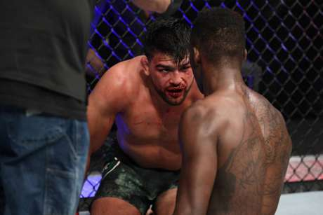 Kelvin Gastelum foi duramente castigado por Israel Adesanya no UFC 236 realizado no sábado (Foto: Getty Images)