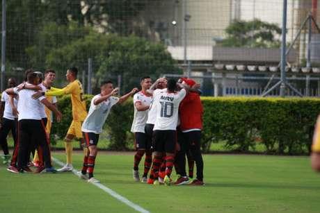 Garotos do Ninho comemoram a classificação na Copa do Brasil (Foto: Everton Silveira/FutFoto.RS)