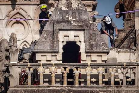 Operários trabalharam para consolidar fachada da Catedral de Notre-Dame após incêndio