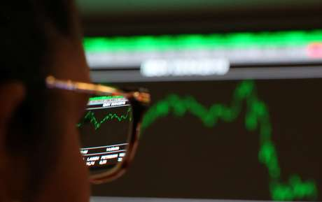 Mulher confere cotações no painel eletrônico da B3, a bolsa de valores de São Paulo. 3/4/2019. Picture taken April 3, 2019. REUTERS/Amanda Perobelli