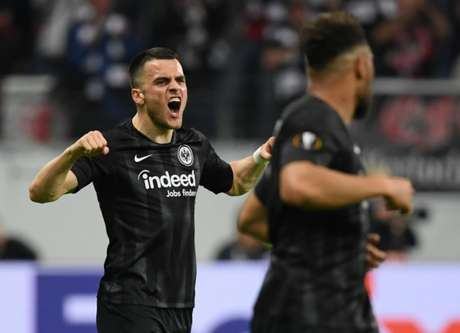 Kostic comemora primeiro gol do Eintracht Frankfut (foto: Arne Dedert / dpa / AFP)