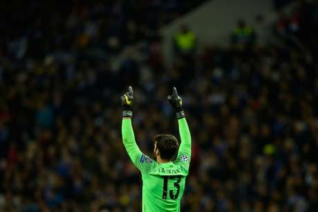 Goleiro brasileiro em campo pelo Liverpool (Foto: AFP)