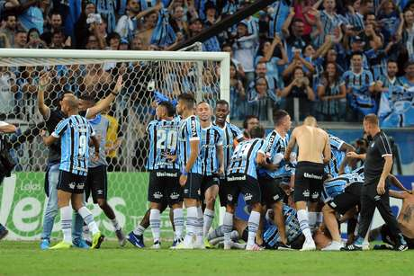 Jogadores do Grêmio comemoram o título do Campeonato Gaúcho 2019 após a vitória, nos pênaltis, diante do Internacional, na Arena Grêmio, em Porto Alegre, no final da noite desta quarta-feira (17). Após o empate por 0 a 0 nos dois jogos da decisão, o Grêmio venceu por 3 a 2 nas penalidades.