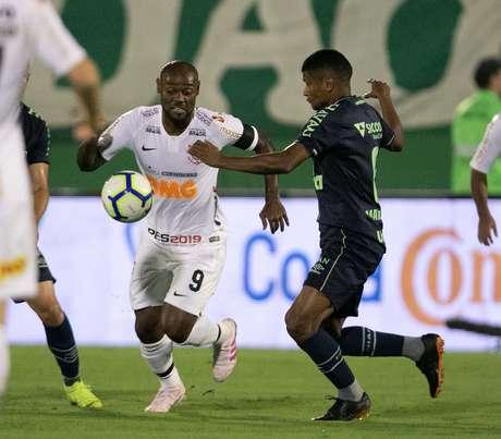 Vágner Love, do Corinthians, disputa lance com Márcio Araújo, da Chapecoense, durante partida válida pela quarta fase da Copa do Brasil 2019, na Arena Condá, em Chapecó (SC), na noite desta quarta-feira (17).