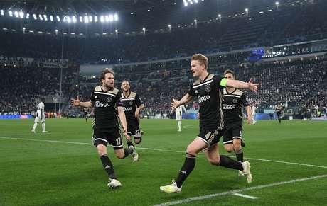 Matthijs de Ligt comemora o gol do Ajax