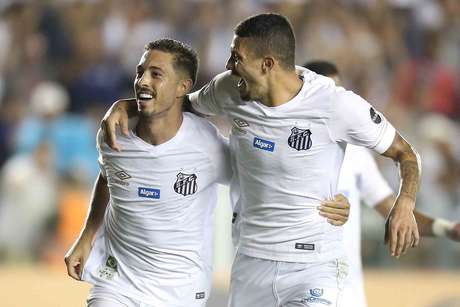 Jean Mota (E), do Santos, comemora após marcar gol em partida contra o Vasco, válida pela quarta fase da Copa do Brasil 2019, realizada no Estádio Urbano Caldeira (Vila Belmiro), na Baixada Santista, nesta quarta-feira (17).