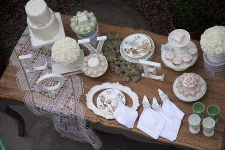 10- A decoração dia das mães em estilo clean tem todos os doces, enfeites e bolo na cor branca. Fonte: We Share Ideas