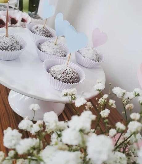 11- A decoração dia das mães tem corações coloridos espetados nos docinhos. Fonte: Mamãe Festeira Decor