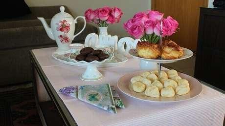 12- A decoração dia das mães simples para o café da manhã tem flores em dois vasos brancos. Fonte: Blog Vida de Casada