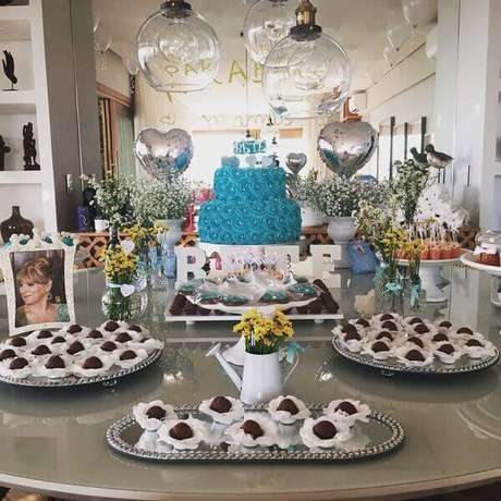 13- Na decoração dia das mães, arranjos de flores porta retratos com moldura branca foram utilizados sobre a mesa. Fonte: Design Festeiro