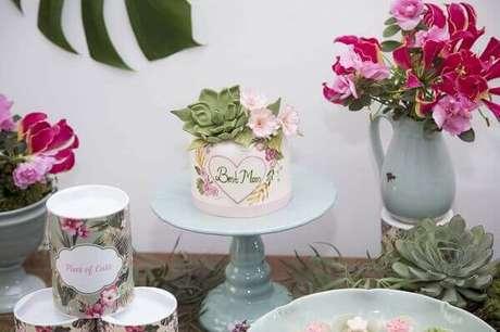 14- Na decoração dia das mães, a mesa tem vários arranjos de flores e o bolo é confeitado com flores de açúcar. Fonte: Say I Do