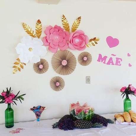 16- Na decoração dia das mães, as flores de papel foram coladas na parede atrás da mesa. Fonte: Lucriativa