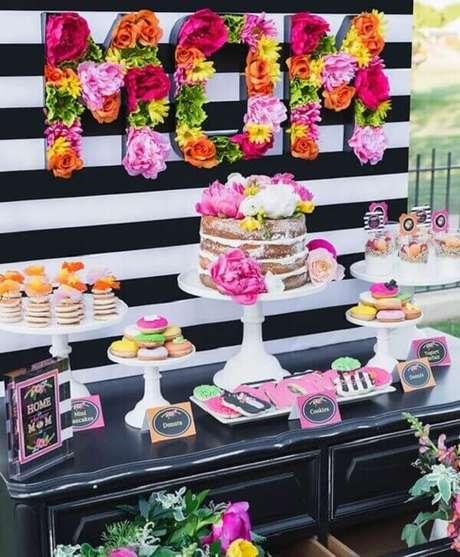 22- Na decoração dia das mães colorida, as flores ganham destaque no painel sobre os doces e bolos. Fonte: Flores Como Fazer em Casa