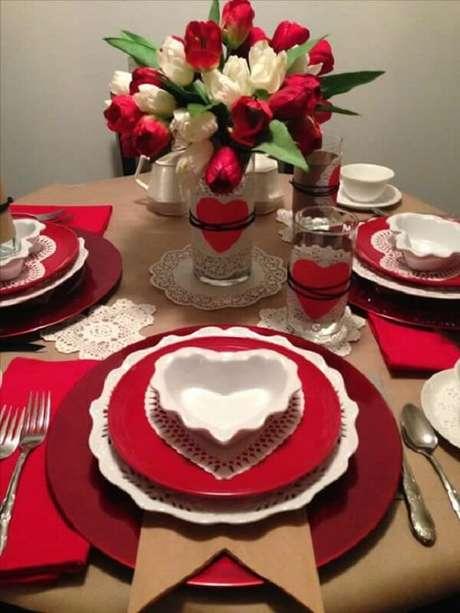 23- Na decoração de dia das mães em branco e vermelho tem detalhes de coração no vaso, nos copos e no formato do pratinho de doce. Fonte: Como Fazer em Casa