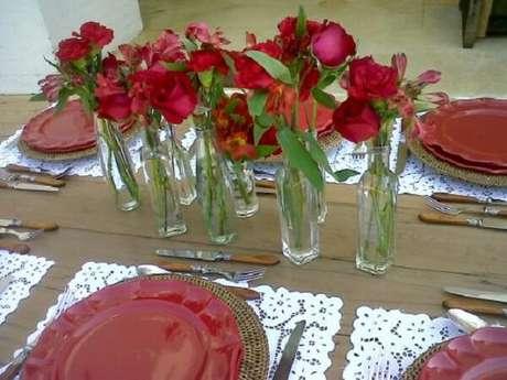 25- Na decoração dia das mães, as flores que decoram a mesa são da mesma cor das louças. Fonte: Site Festa