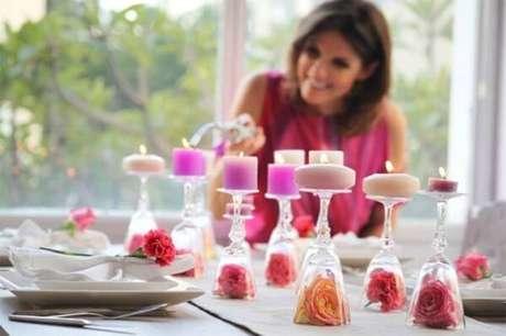 26- Na decoração dia das mães, as taças invertidas abrigam em seu interior uma rosa e os pés servem como castiçais. Fonte: Grupo Dimensão