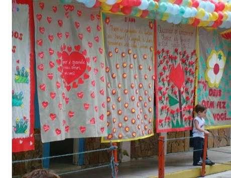 7- A decoração para o dia das mães com TNT utiliza diversos painéis com frases comemorativas. Fonte: Grzero