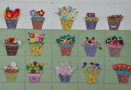27- Na decoração dia das mães na escola, as paredes foram enfeitas com vasinhos de flores feitos em EVA. Fonte: Como fazer em Casa