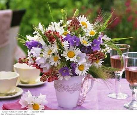 28- A decoração dia das mães tem vaso com flores do campo no centro da mesa. Fonte: Alessandra Faria