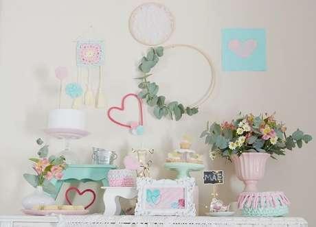 29- A decoração para o dia das mães simples tem a delicadeza dos tons pasteis. Fonte: Detalier