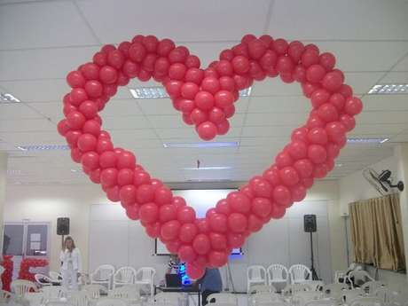 5- Na decoração dia das mães em igreja, as bexigas vermelhas amarradas em formato de coração decoram o salão. Fonte: Blog Giragirassol de Coração com Balão