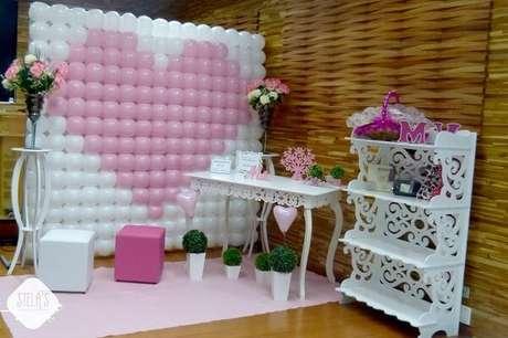 31- Na decoração dia das mães na escola tem painel com bexigas brancas e rosas formando um coração. Fonte: Pinterest