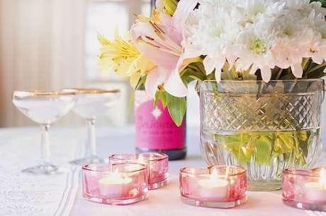 32- Na decoração dia das mães as velas foram colocadas em pequenos castiçais em formato de coração. Fonte: Blog Wokgrill