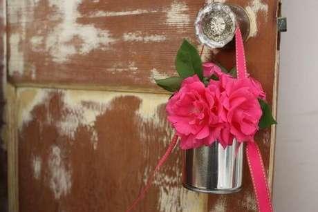 33- Na decoração dia das mães, baldinhos com flores foram pendurados nos trincos das portas. Fonte: Bbel