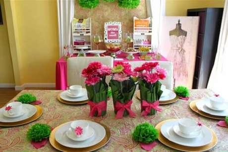 34- A decoração dia das mães foi realizada com toalhas, laços e guardanapos em tom rosa e anéis para guardanapo em tom verde. Fonte: Como Fazer em Casa