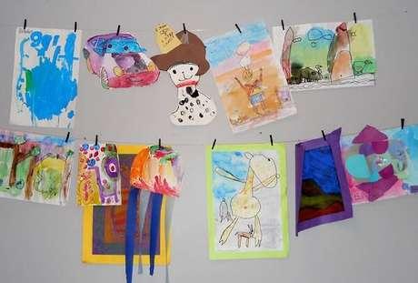 35- Na decoração dia das mães na escola, varais com desenhos das crianças são expostos. Fonte: Bbel
