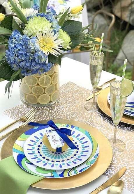 37- A inspiração na decoração dia das mães foi realizada nas cores amarela, azul, verde e dourado. Fonte: IdeiasDecor