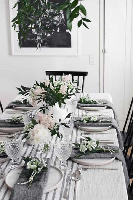 43- A decoração dia das mães tem toalha branca com listras cinzas no mesmo tom dos guardanapos. Fonte: Como Fazer em Casa
